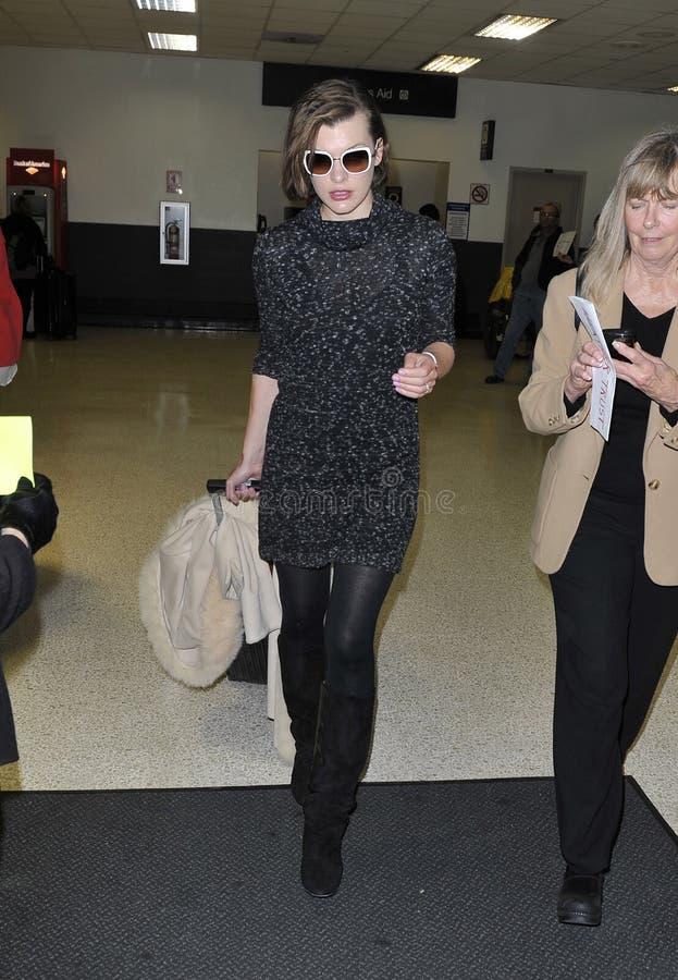被看见的女演员机场加州jovovich松驰milla 免版税图库摄影