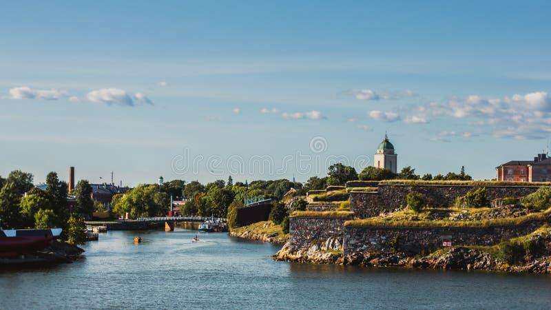 被破坏的中世纪堡垒位于在岩石陆岬在瑞典夏天 免版税库存图片