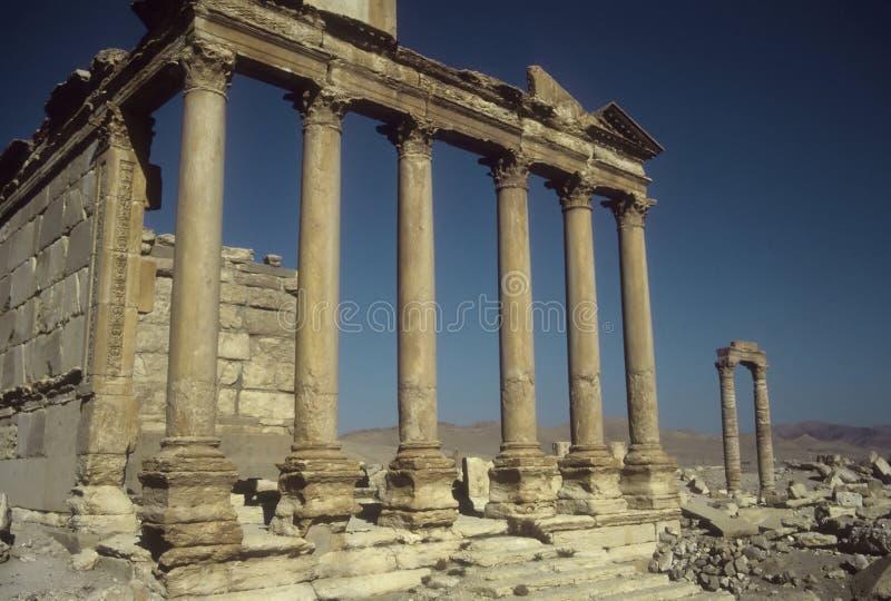 被破坏的列在古老城市 免版税库存图片