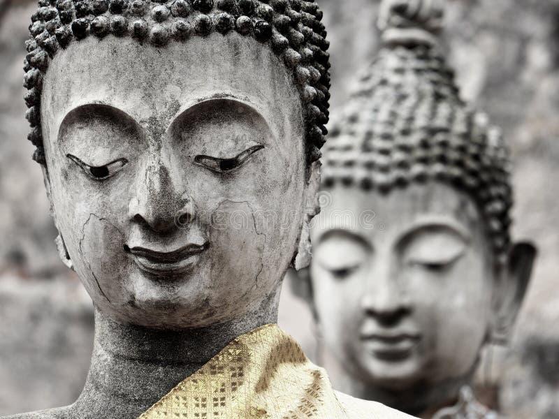 被破坏的古庙的两个老菩萨雕象特写镜头  库存照片