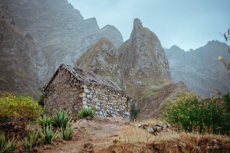 被破坏的地方仓库紧贴了入与陡峭的山岩石和垂直的峰顶的难以置信的风景 Trekkingtrail 图库摄影