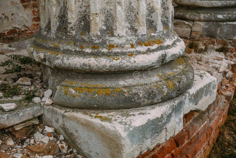 被破坏的寺庙或城堡的古老古色古香的专栏基地与残破的石头或砖,紧密  免版税库存图片