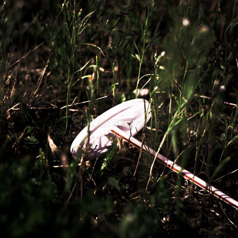 被破坏的秸杆和杯子上面被乱丢的接近的看法  库存照片