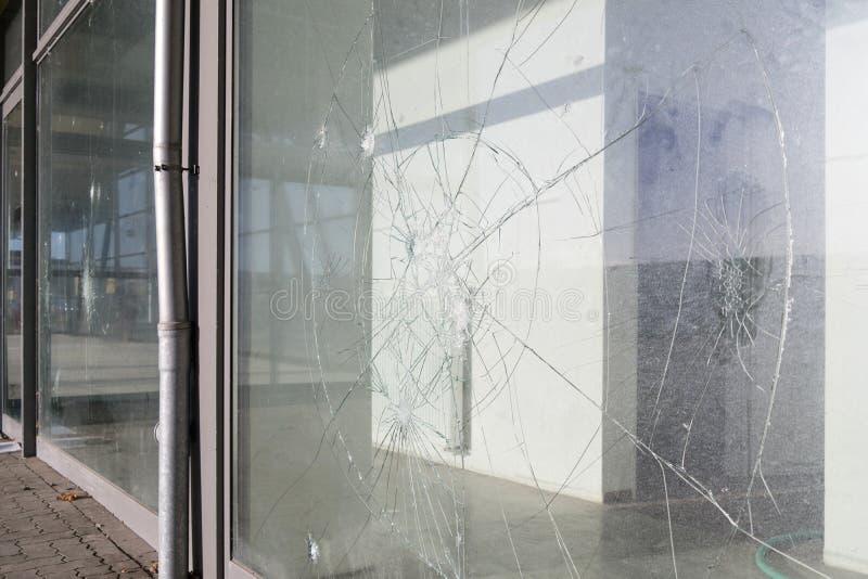 被破坏的被打碎的窗口 库存图片