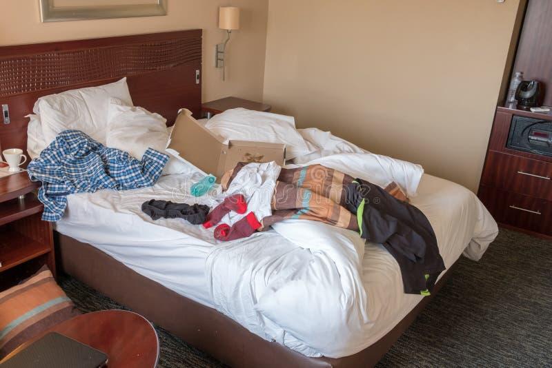 被破坏的酒店房间床 免版税库存照片