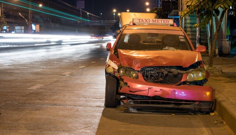 被碰撞的汽车在夜街道上站立 图库摄影