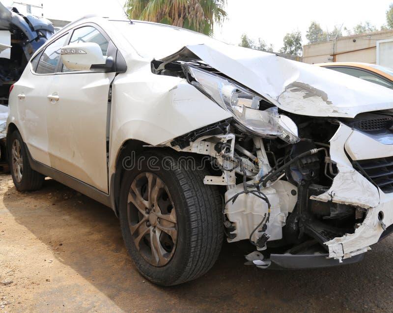 被碰撞的汽车接近的在最前面的看法  免版税库存图片