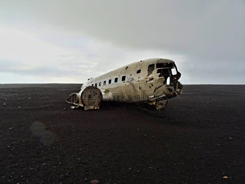 被碰撞的海军DC-3飞机在雨中 库存图片