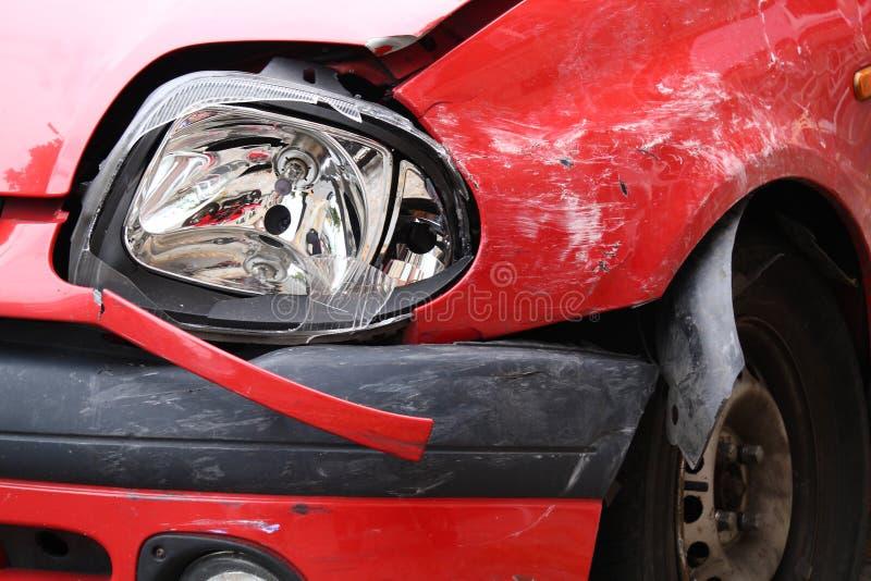 被碰撞的红色汽车 免版税库存照片
