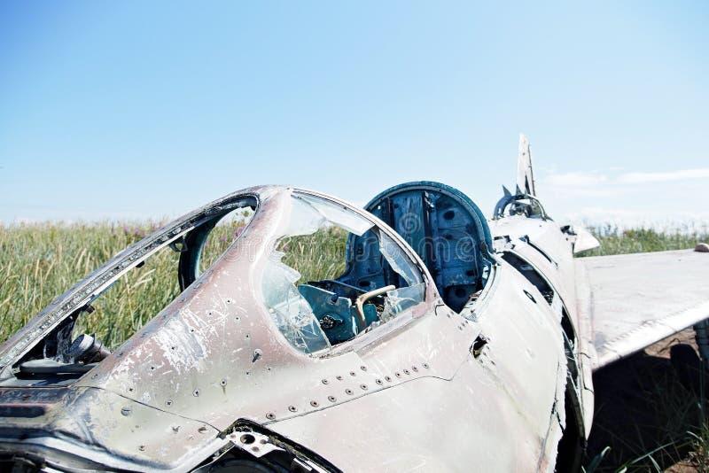 被碰撞的航空器的零件在植被自然本底的  库存照片