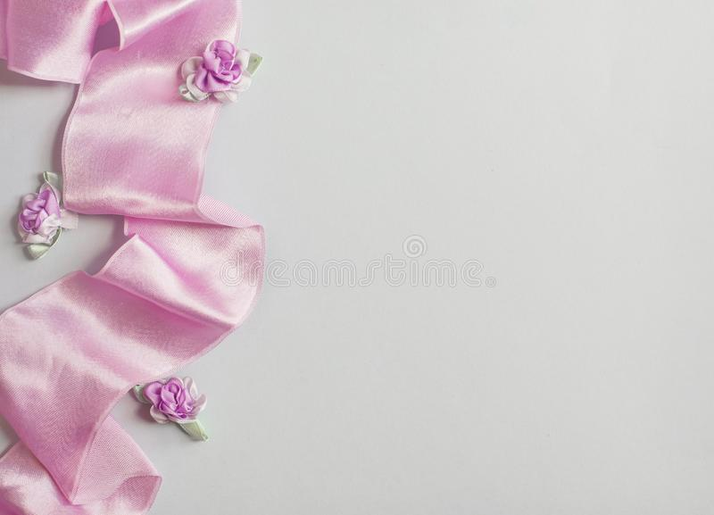 被称呼的储蓄照片 与婴孩的呼吸麦花,干燥绿色玉树叶子,缎的女性婚姻的桌面大模型 库存图片