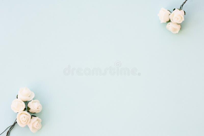 被称呼的储蓄照片 女性婚礼桌面大模型 在精美蓝色背景的白玫瑰 复制空间 顶视图 bl的图片 库存图片
