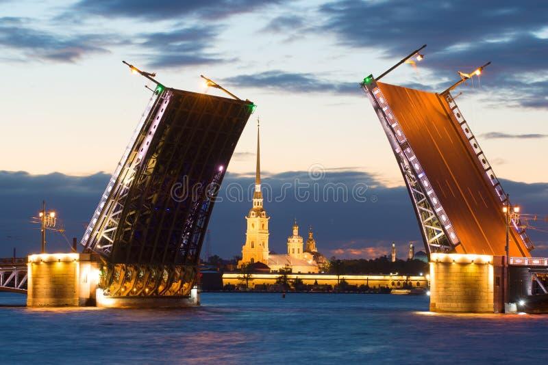 被稀释的宫殿桥梁的对准线的彼得和保罗大教堂在不眠夜 大教堂圆屋顶isaac ・彼得斯堡俄国s圣徒st 图库摄影