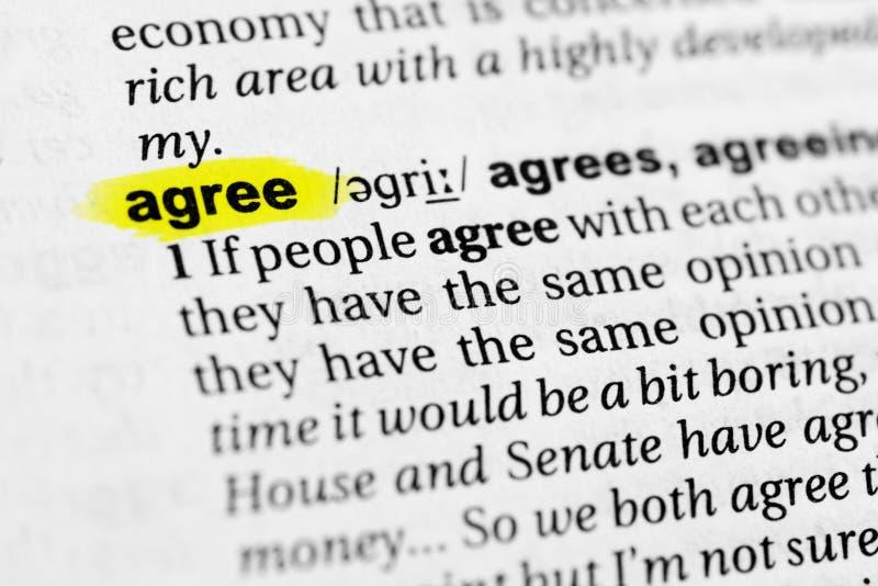 被突出的英国词`同意`和它的定义在字典 免版税库存照片
