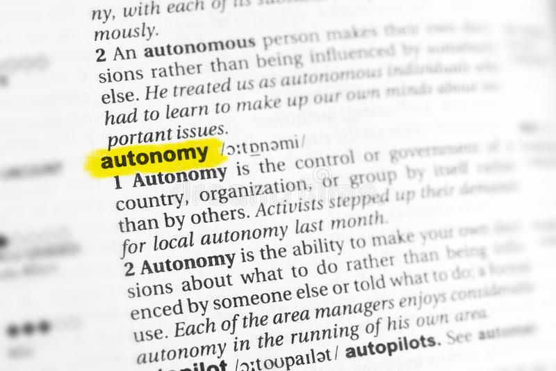 被突出的英国词& x22; autonomy& x22;并且它的在字典的定义 库存照片