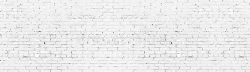 被粉刷的破旧的砖墙宽全景纹理 白色绘了年迈的砖砌全景 长的轻的背景 皇族释放例证