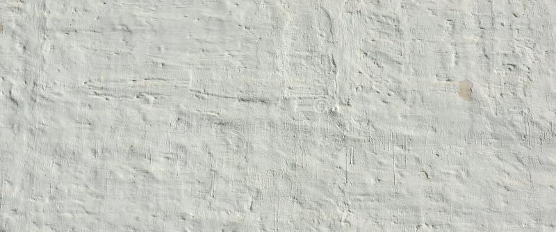 被粉刷的老砖墙参差不齐的七高八低的概略的土气背景 免版税图库摄影