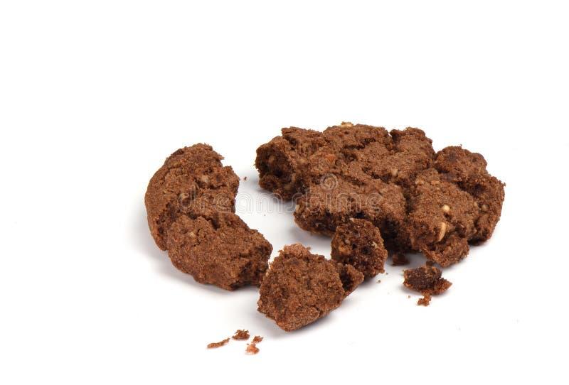 被粉碎的格兰诺拉麦片曲奇饼用在白色背景和榛子隔绝的巧克力 ?? 免版税库存图片