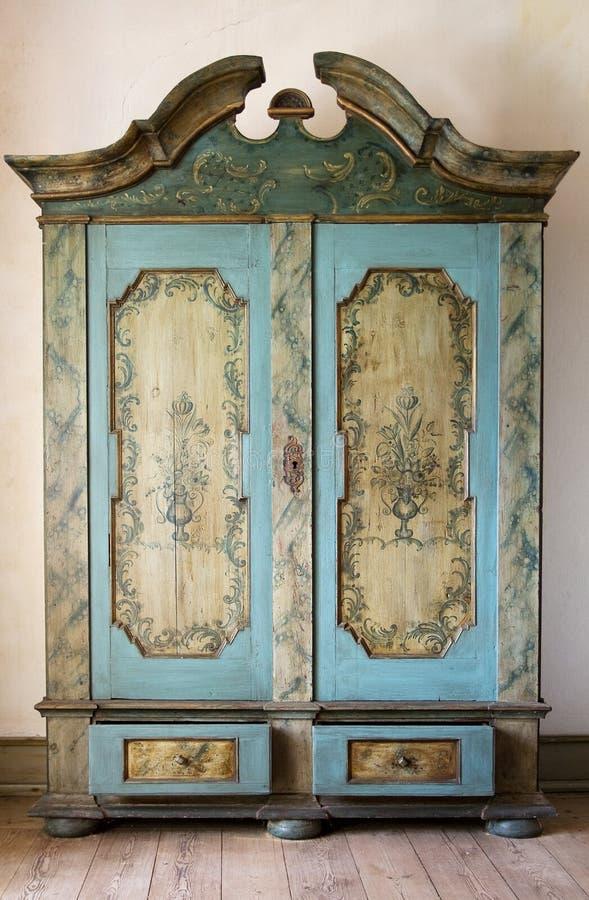 被绘的古色古香的碗柜 免版税库存图片