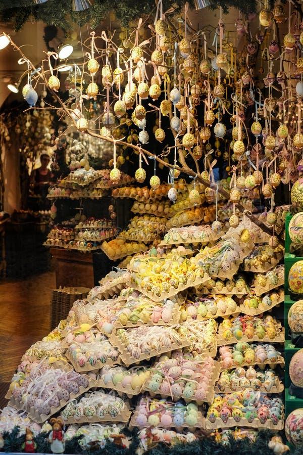 被绘的复活节彩蛋在商店窗口里 免版税库存照片