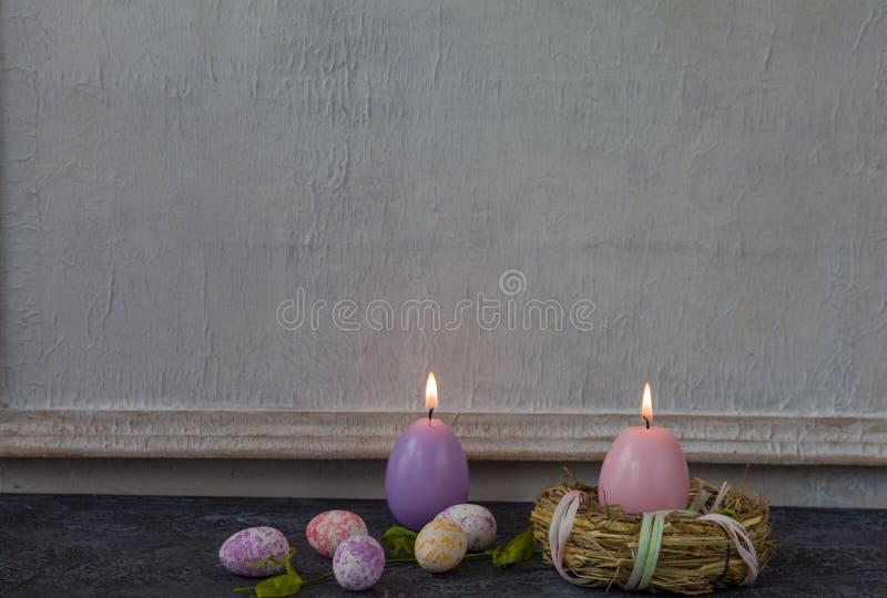 被绘的复活节彩蛋的构成在黑暗的石桌和葡萄酒白色墙壁背景的 免版税图库摄影