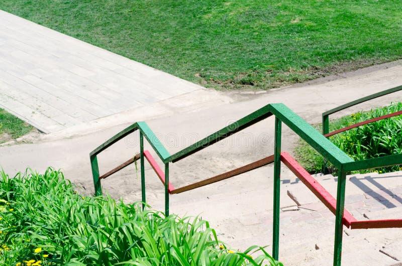 被绘的明亮的色的台阶栏杆 免版税库存图片