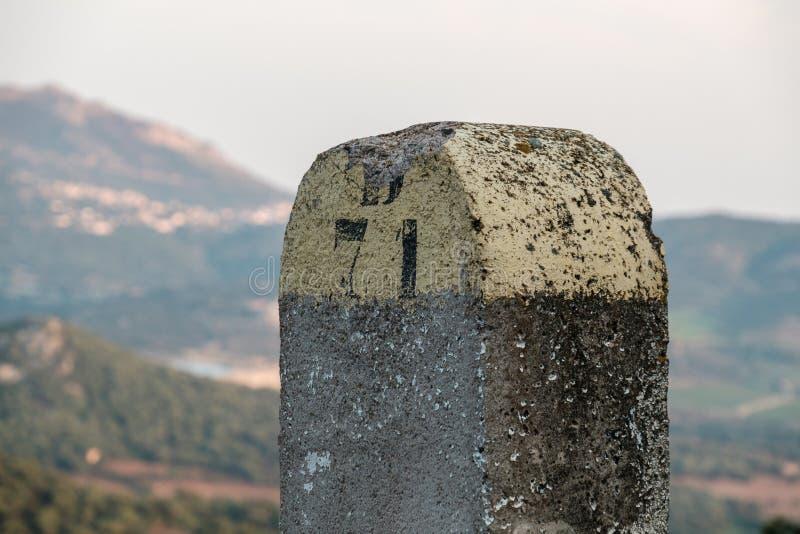 被绘的石路标志在可西嘉岛的Balagne地区 库存图片