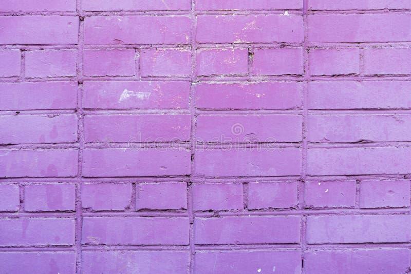 被绘的紫罗兰色砖墙,都市背景,文本的空间 水平的纹理 抽象现代背景,样式 库存图片