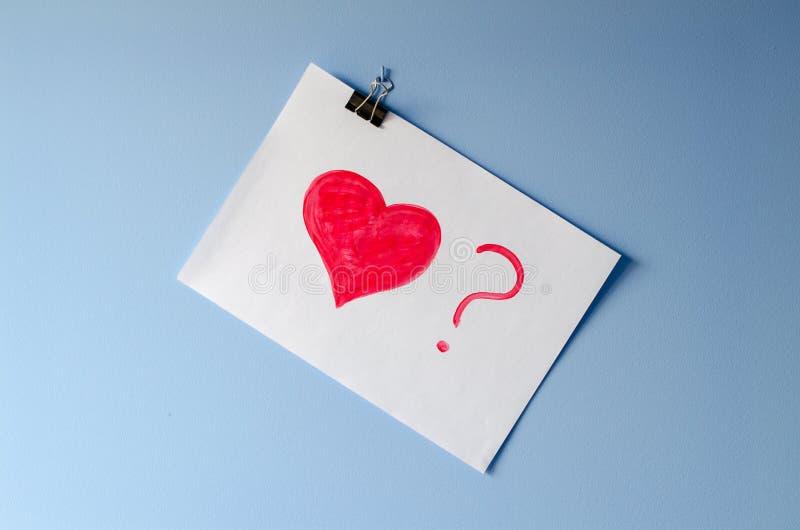 被绘的红色心脏与?在白皮书板料 免版税图库摄影