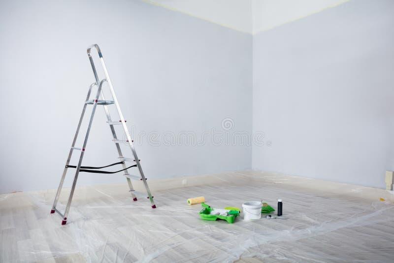 被绘的绝尘室用梯子和绘画设备 免版税库存照片