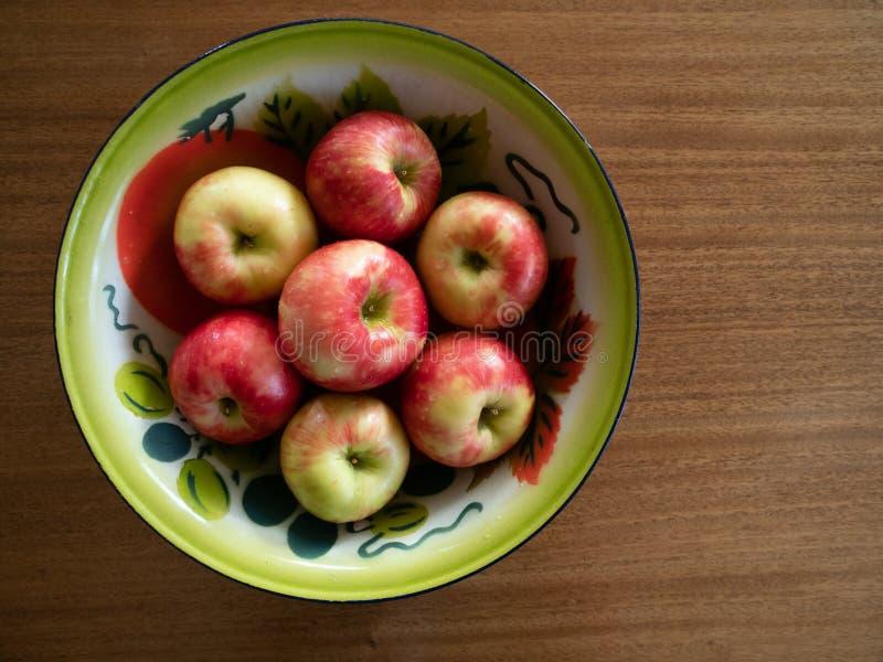 被绘的罐子碗用Honeycrisp苹果 免版税图库摄影