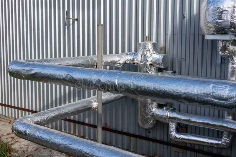 被绝缘的甘醇的看法用管道运输近对制造业大厦 免版税库存照片