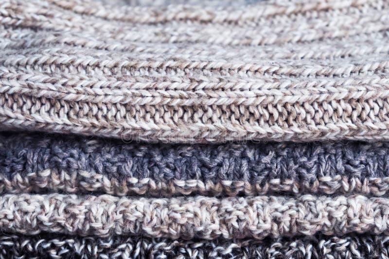 被编织的事堆积了 混杂编织 舒适的衣橱 免版税库存照片