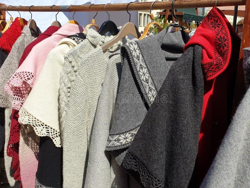 被编织的产品由羊毛手工制造手套帽子围巾套头衫做成 免版税库存照片