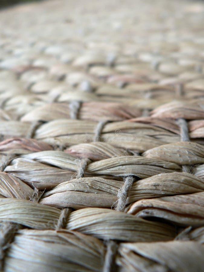 被编织的柳条地毯特写镜头纹理  免版税库存图片