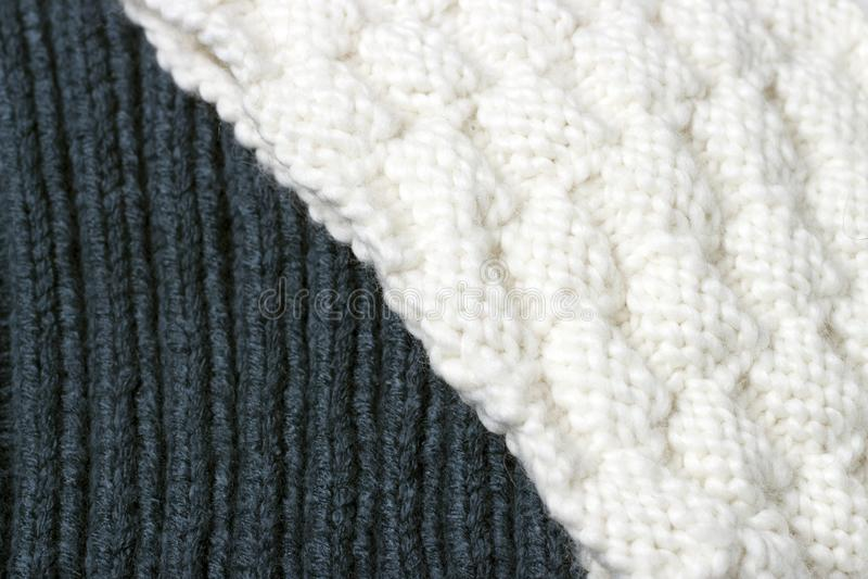 被编织的白色和蓝色表面纹理,冬天背景,一个小样式 库存图片