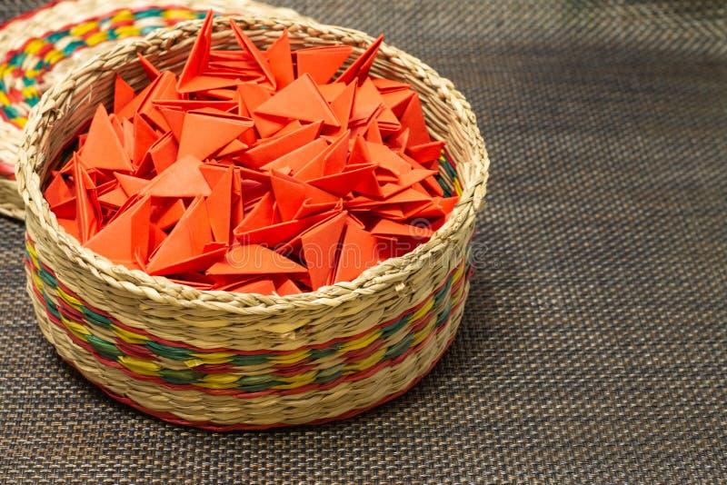被编织的秸杆篮子与红色纸的 免版税图库摄影