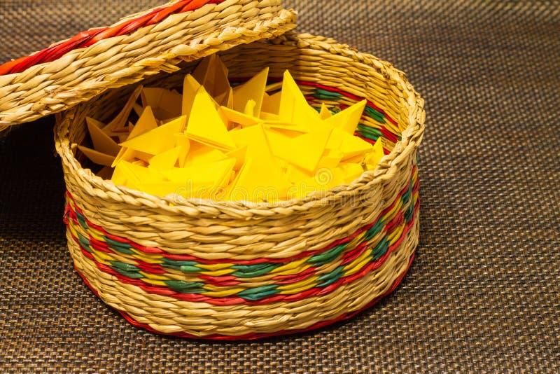 被编织的秸杆篮子与黄色纸的 免版税图库摄影