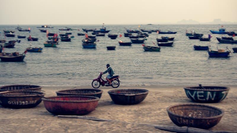 被编织的竹篮子小船在越南 免版税库存图片