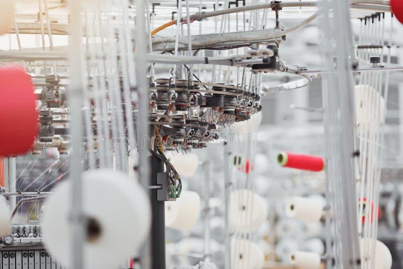 被编织的织品 纺织品工厂在转动的生产线和一家旋转机械和设备生产公司中 库存图片