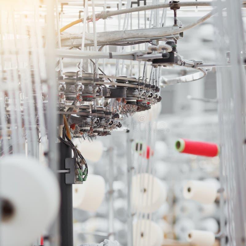 被编织的织品 纺织品工厂在转动的生产线和一家旋转机械和设备生产公司中 免版税库存照片