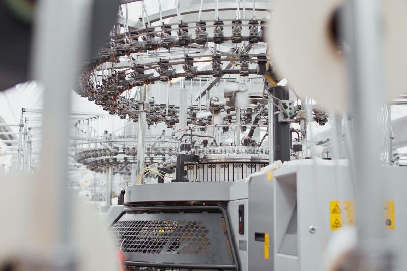 被编织的织品 纺织品工厂在转动的生产线和一家旋转机械和设备生产公司中 免版税库存图片