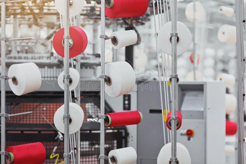 被编织的织品 纺织品工厂在转动的生产线和一家旋转机械和设备生产公司中 免版税图库摄影