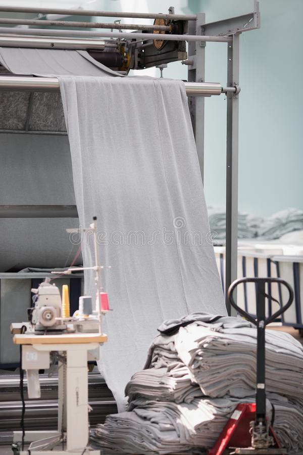 被编织的织品 纺织品工厂在转动的生产线和一家旋转机械和设备生产公司中 库存照片