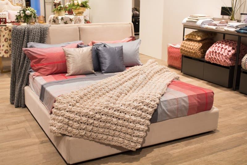 被编织的羊毛毛线衣 堆被编织的冬季衣服 在架子的被折叠的冬季衣服在衣橱 r 免版税库存图片