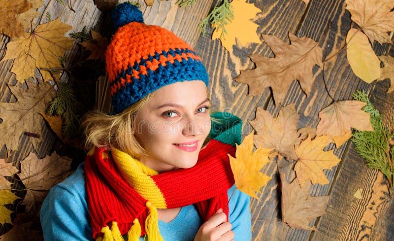 被编织的辅助部件 秋天舒适大气 在木背景的女孩快乐的面孔位置有叶子顶视图 秋天和 库存照片
