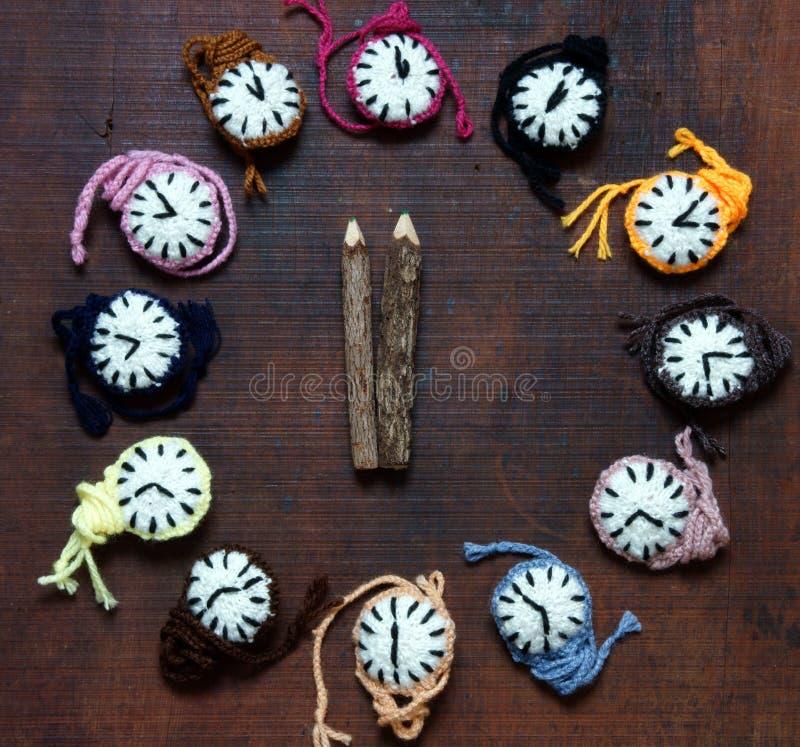 被编织的时钟,五颜六色的手表,手工制造爱好 库存图片