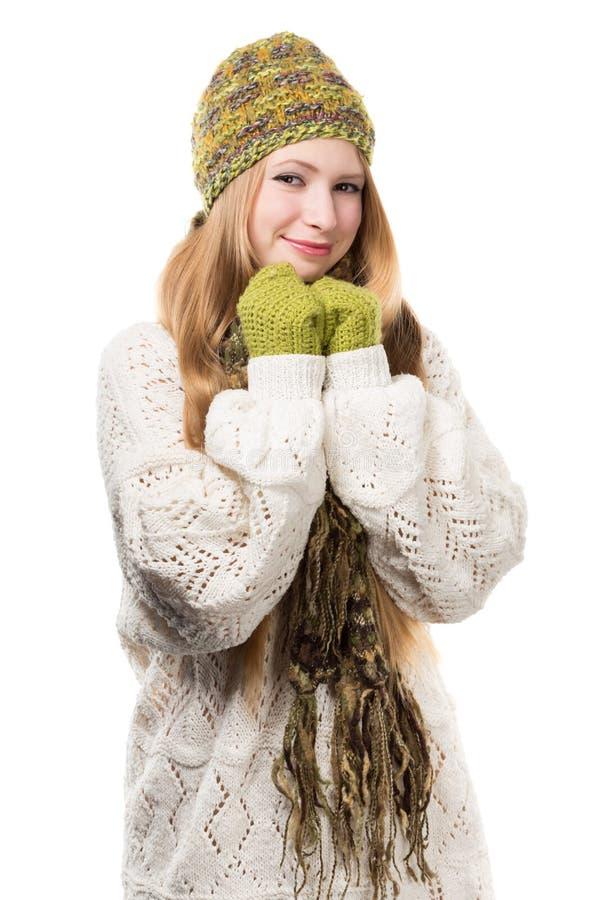 被编织的杂色的混合物的年轻时髦的微笑的白肤金发的妇女 库存照片