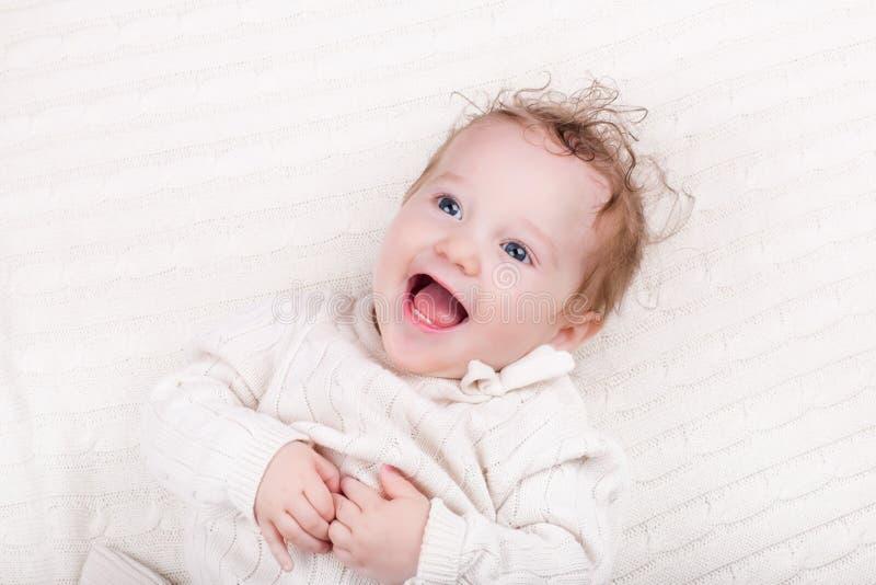被编织的毯子的女婴 免版税库存照片