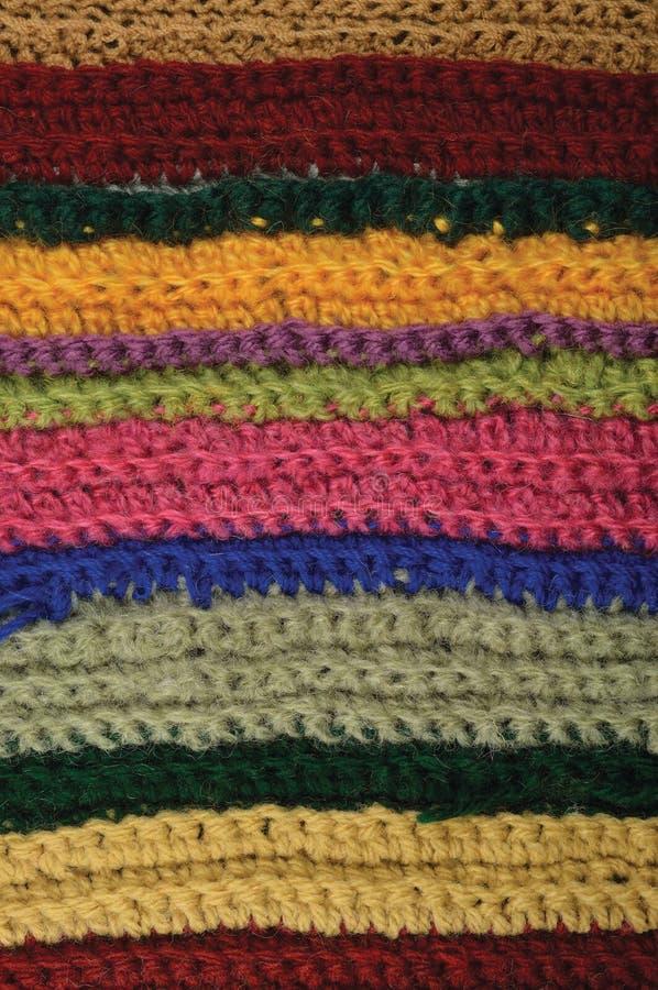 被编织的美好的羊毛服装五颜六色的条纹背景自然纹理,黄色,灰棕色,深紫红色,桃红色,蓝绿色围巾宏指令特写镜头 免版税图库摄影